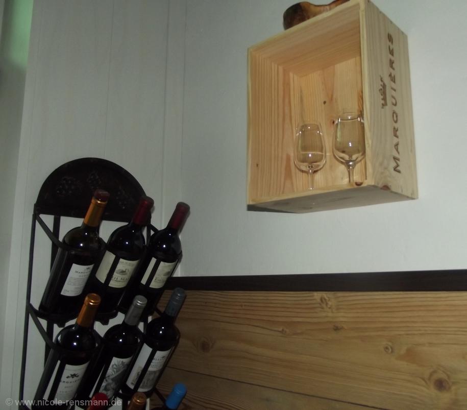 Diese Weinkiste aus Holz dient als offenes Regal für Degustationsgläser.