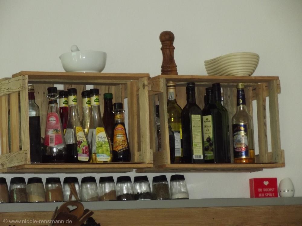 Auch Als Regal Für Kochbücher Oder U2013 Wie Hier U2013 Für Essige, Öle U0026 Co. Sind  Die Weinkisten Prkatisch Und Sehen Zudem Noch Gut Aus.