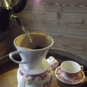 Wir trinken unseren Kaffee von Hand gefiltert oder aus der French-Press, was dem Kaffee ein noch kräftigeres Aroma verleiht.