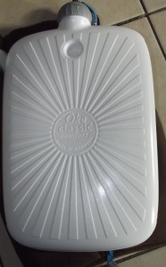 Nackig in weiß mit strahlenförmigen Design.