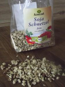 Wer vegan, aber vielfältig kochen möchte, kommt an Soja kaum vorbei. Die Soja-Schnetzel von Alnatura kann ich sehr empfehlen. Toll für Spaghettisauce, als Einlage bei Suppen oder Chili sin Carne.