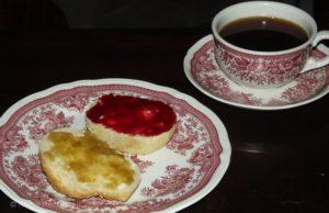 Rhabarber-Vanille und Himbeer-Sekt auf Brötchen. Das ist übrigens auch selbst gebacken.