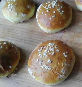 Die Hamburgerbrötchen sind mit Eigelb bestrichen und mit Haferflocken bestäubt. Anstatt Öl habe ich hier Butter verwendet. Ansonsten bleibt der Teig wie im Grundrezept beschrieben.
