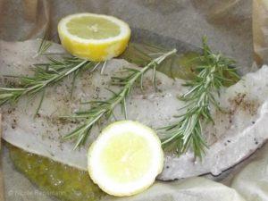 Fisch pur: Salz und Pfeffer in Olivenöl, mit Rosmarin, Zitrone und Knoblauch schmoren lassen. Zum Schluss: Ein Stück Butter dazugeben.