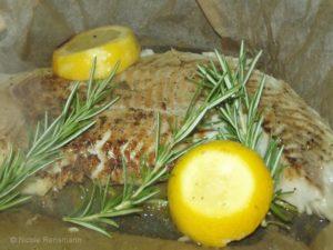 Jetzt darf der Fisch mit den Gewürzen durchziehen. Dann bekommt er ein tolles Aroma.