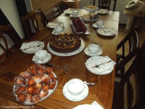 Kaffeetafel mit Leckereien