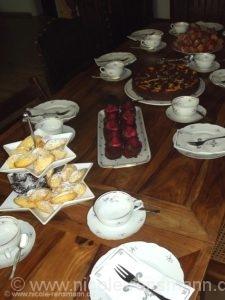 Kaffeetafel u.a. mit Madeleines in drei Versionen: Schoko, Orange, Tonka