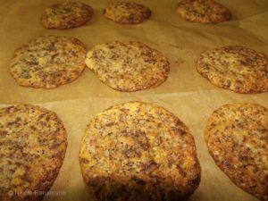 So sehen die Cookies mit Blockschokolade ist - außen knusprig, mit weichem Kern.