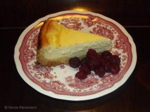Käsekuchen - hier dienen die Himbeeren nur als Deko und schmecken himmlisch dazu. Passen aber auch gut in den Kuchen.