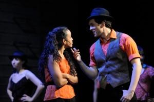 © West Side Story, Landestheater Detmold / Foto: Bernd Klein / Zu sehen: Anita (Andrea Sanchez del Solar) und Bernardo (Martin Kiuntke)