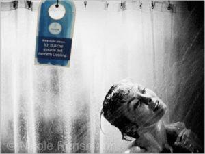 """Duschszene aus dem Klassiker """"Psycho"""" - mit dem WELEDA-Anhänger """" Bitte nicht stören"""" wäre der Film wohl anders ausgegangen! ;-)"""