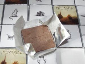 Die Schokolade ist warm geworden und sieht nicht appetitlich aus.