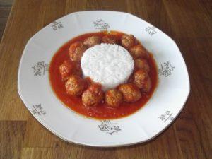 Klößchen in Tomatensauce mit Reis in zwei Variationen: mit und ohne Fleisch.
