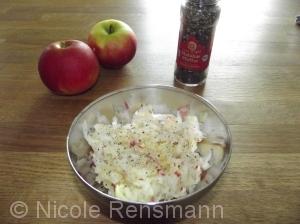 Apfel - Kohlrabi - Salat mit Tiger Malabar Pfeffer, 1 TL Olivenöl und ein bisschen Zitronensaft.