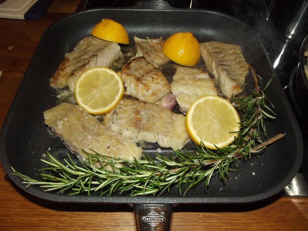 Fisch in Olivenöl angebraten, Salz und Pfeffer