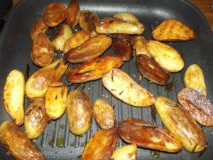 Rosmarinkartoffeln aus der Grillpfanne - superlecker!