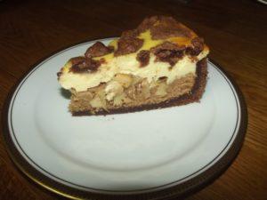 Eine Variante: Schoko-Mürbeteig, darauf Biskuitteig - gefärbt mit Kakao - , dann die Apfelmasse, anschließend eine Quark-Sahne-Vanillepuddingmasse und braune Zupfen, die aus dem Schoko-Mürbeteig gemacht werden.