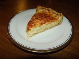 Ein Stück Weißkohl-Möhren-Tarte ... nicht mit Kaffee, eher mit einem Glas Weißwein genießen.