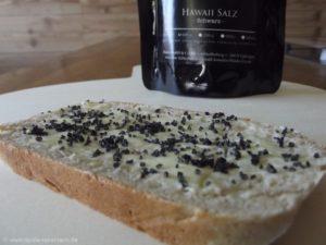 Noch warmes Brot mit Butter und schwarzem Hawaii-Salz - mehr braucht es nicht.