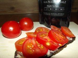 Schwarzbrot mit frischen Tomaten und als Finish Kala Namak Salz - das bringt's!