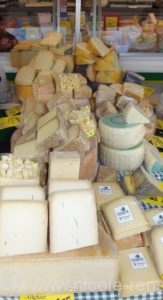 Hartkäse bei Käse & Wurst Kleinhenn-Jandt auf dem Remscheider Wochenmarkt.