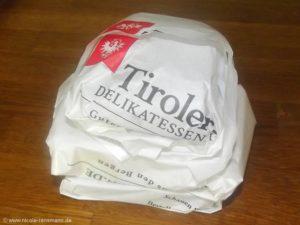 Gut verpackt in dem beiliegenden Käsefolienpapier kommt der Käse in den Kühlschrank und darf sich erholen.