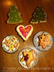 Kekse mit natürlich-buntem Zuckerguss