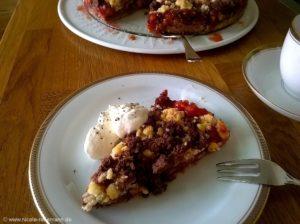 Erdbeer-Rhabarber-Kuchen mit zweierlei Streuseln