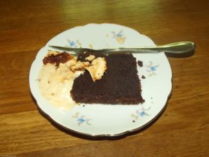 Brownie mit 3-Stunden-Eis und Baisergeschrabsel