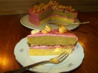 Torte mit Brombeer-Buttercreme und Erdnuss-Karamell