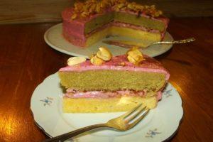 Torte mit Brombeer-Buttercreme und Erdnuss-Karamell, gefärbt mit Matcha - alles nur natürlich.