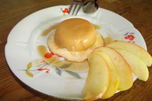 Karamell-Parfait mit Weinäpfeln