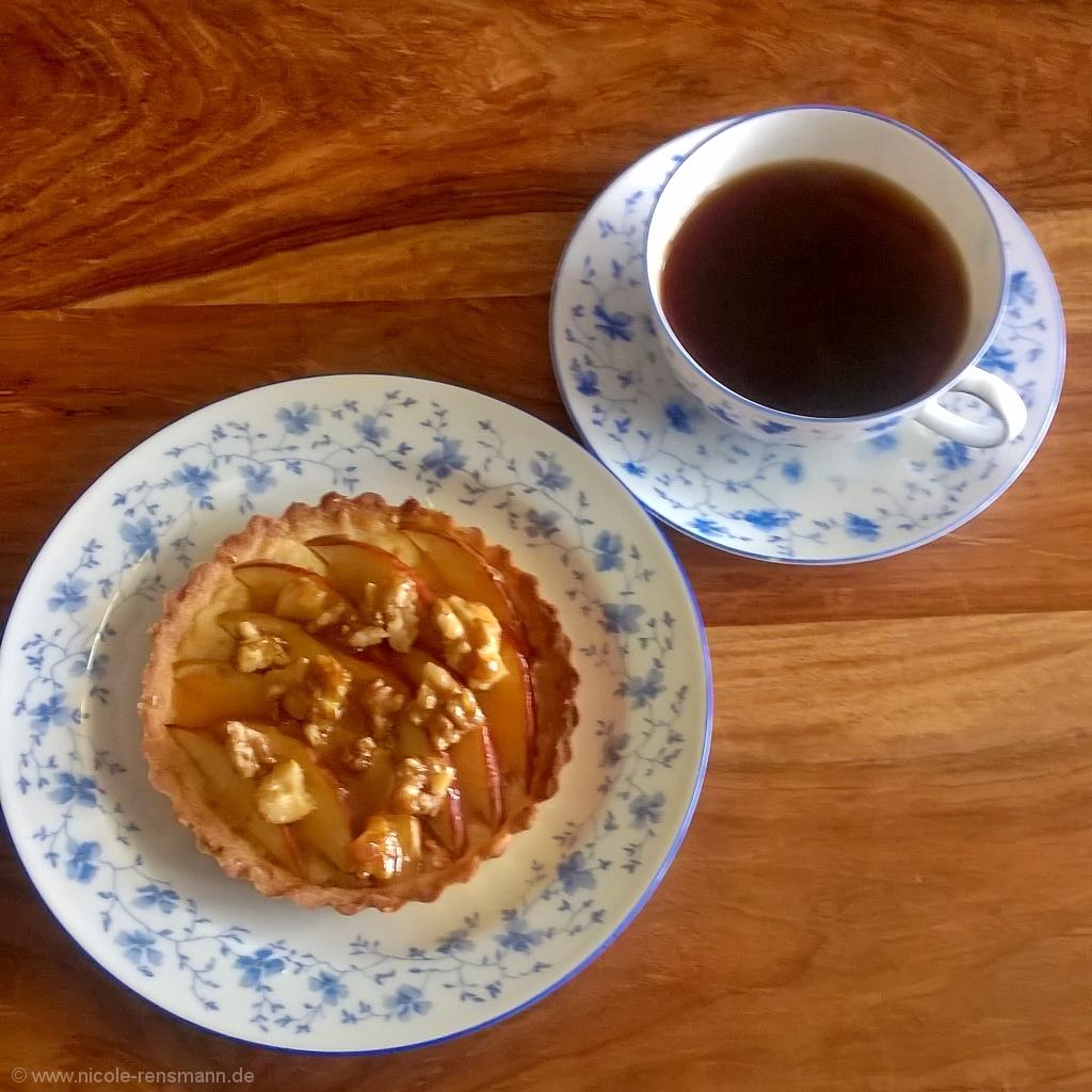 Mini-Apfel-Tarte mit karamellisierten Walnüssen und Karamellsauce
