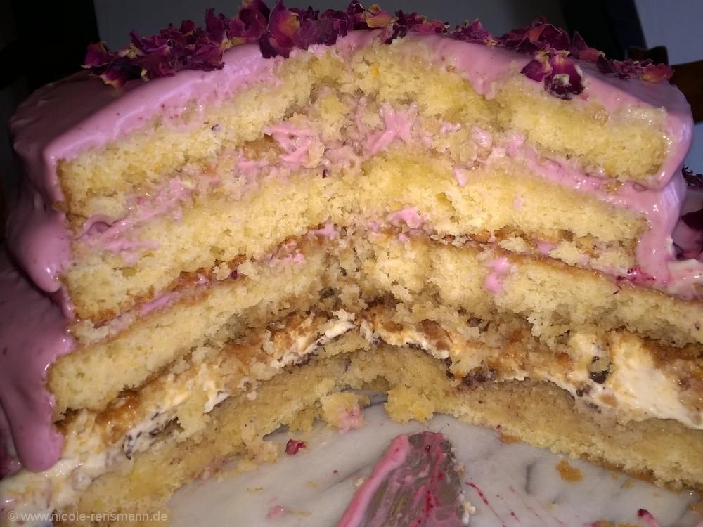 Torte mit zwei verschiedene Cremes und getränkten Böden