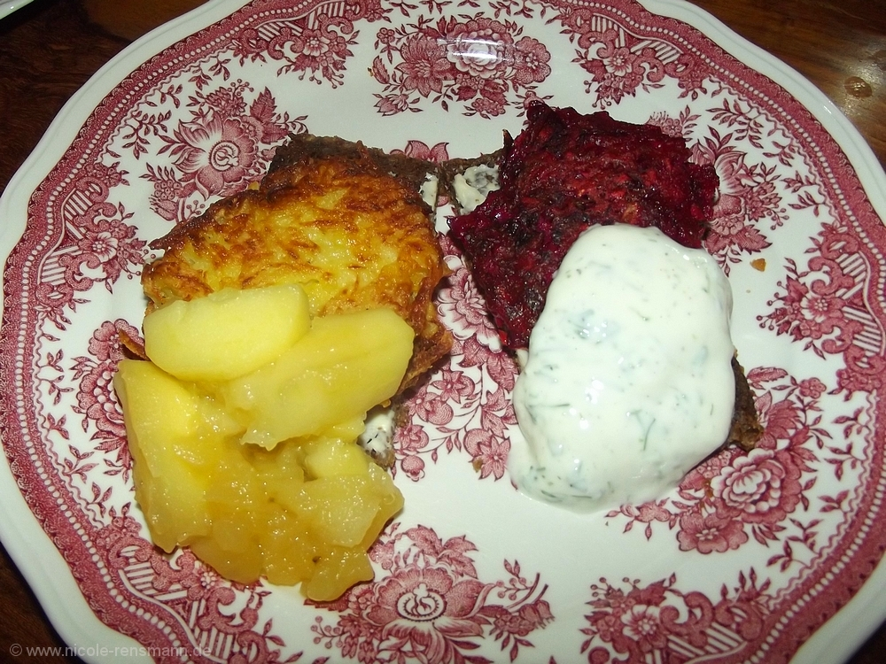 Rote Bete und Kartoffel-Röstis mit geschmorten Äpfeln und Joghurtdip.