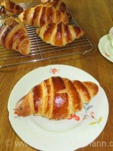 Croissants aus Hefeteig - superfluffig und lecker!