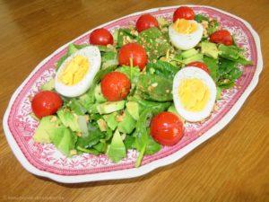 Spinatsalat mit Avocado, Kirschtomaten und Ei