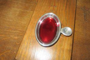 Tastevin mit Rotwein
