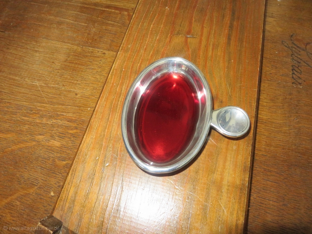 tastevin mit rotwein - Kchen Mit Weien Schrnken Und Dunklen Bden
