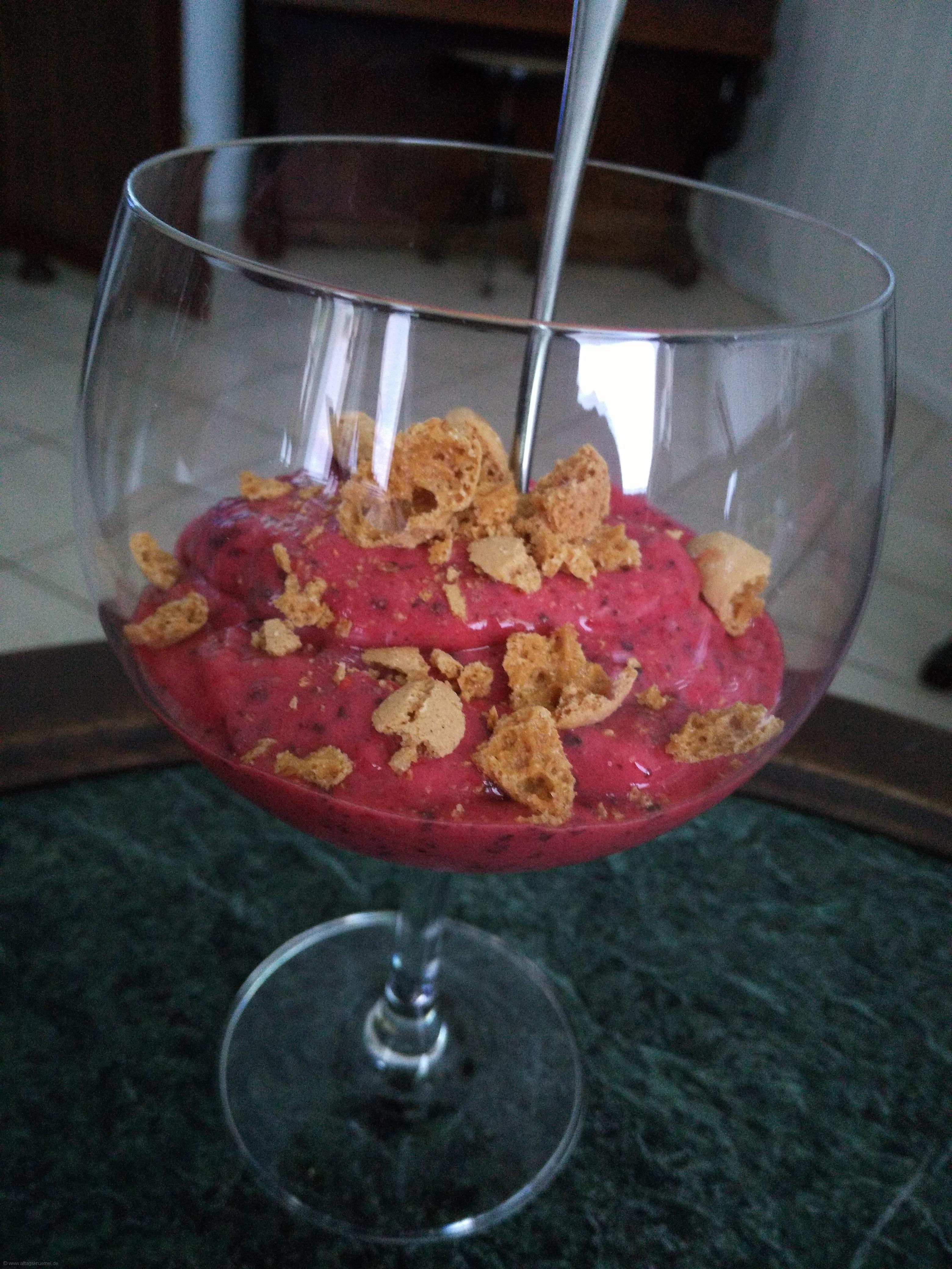 Fruchtiges Dessert: Erdbeeren Himbeeren, Banane - gefroren und püriert