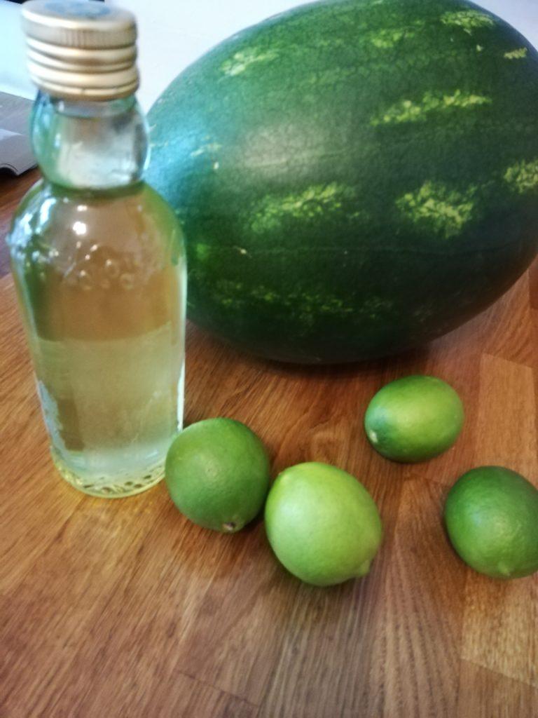 Selbstgemachter Minzsirup, Limetten und eine megagroße Melone - mach Limonade draus