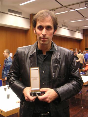 Das Foto zeigt Christoph Marzi im Oktober 2005 auf dem BuchmesseCon Dreieich nach der Auszeichnung für den Deutschen Phantastik Preis.