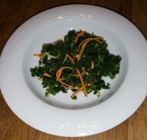 Grünkohlsalat mit Möhren- und Petersilienstreifen