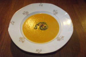 Kürbissuppe-mit-Birne-Curry-Zwiebel-Knoblauch